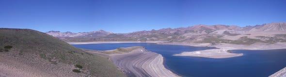 Lago nelle montagne fotografia stock