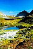 Lago nelle montagne con i cieli liberi Fotografia Stock