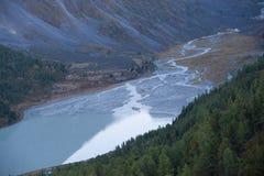 Lago nelle montagne con una veduta panoramica Immagini Stock Libere da Diritti
