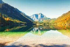 Lago nelle montagne delle alpi in autunno Fotografie Stock