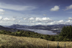 Lago nelle montagne delle Ande Immagini Stock