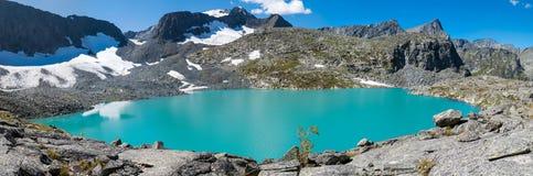 Lago nelle montagne di Altai Immagine Stock