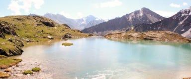 Lago nelle montagne di Altai Semiozerye Fotografia Stock