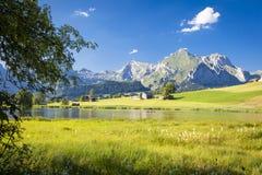 Lago nelle montagne svizzere Immagine Stock