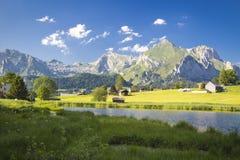 Lago nelle montagne svizzere Fotografia Stock