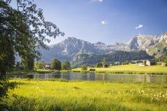 Lago nelle montagne svizzere Immagini Stock Libere da Diritti
