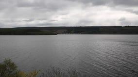 Lago Ness Scotland Reino Unido en una opinión cubierta embotada nublada de la cacerola del día almacen de video