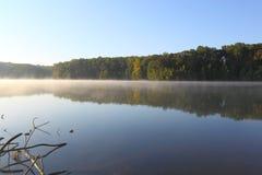Lago nevoento foto de stock royalty free