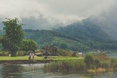 Lago nevoento Bratan, ilha de Bali, Indonésia fotografia de stock