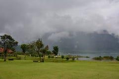 Lago nevoento Bratan, ilha de Bali, Indonésia fotos de stock