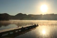 Lago nevoento da manhã fotos de stock