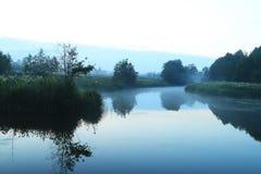 Lago nevoento da manhã da paisagem Imagens de Stock