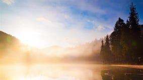 Lago nevoento do al do lapso de tempo do nascer do sol filme