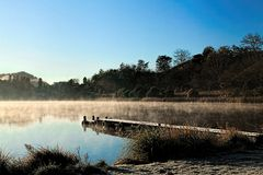 Lago nevoento 5 morning imagens de stock royalty free