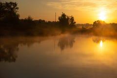 Lago nevoento no amanhecer imediatamente depois do nascer do sol dourado fotografia de stock royalty free