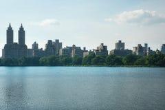 Lago new York Central Park ed edifici di Manhattan Fotografie Stock Libere da Diritti