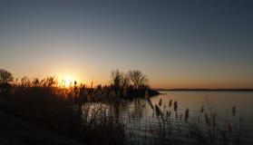 Lago no alvorecer, montanhas bonitas na distância Foto de Stock Royalty Free