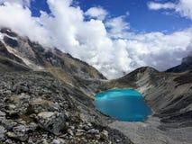 Lago no céu durante a caminhada através das montanhas de Andes foto de stock