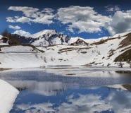 Lago no colo De Vars da passagem, cumes, França Imagem de Stock