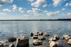 Lago no dia nebuloso Fotos de Stock Royalty Free