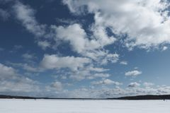 Lago no inverno, nuvens no céu, floresta Fotografia de Stock
