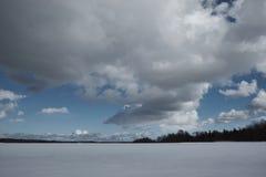 Lago no inverno, nuvens no céu, floresta Imagens de Stock Royalty Free