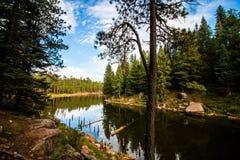 Lago no meio das montanhas fotografia de stock