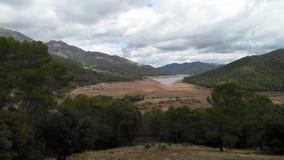 Lago no meio das montanhas no verão imagem de stock