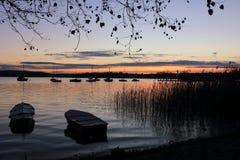 Lago no nascer do sol com barcos Fotografia de Stock Royalty Free