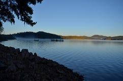 Lago no pé da floresta do pinho Imagem de Stock Royalty Free