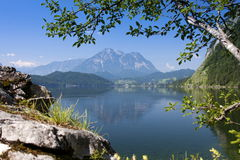 Lago no panorama das montanhas Foto de Stock Royalty Free