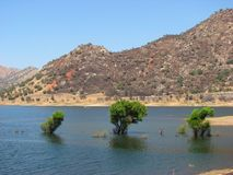 Lago no parque nacional de Sequoia, Califórnia imagens de stock