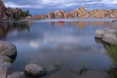 Lago no Prescott o Arizona com nuvens de tempestade Fotografia de Stock Royalty Free