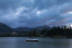 Lago no Tatras alto no amanhecer fotos de stock royalty free