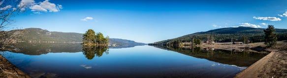 Lago noruego con reflexiones Imagen de archivo libre de regalías