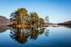Lago norvegese con le riflessioni Fotografia Stock