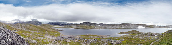 Lago norvegese in montagna fotografia stock