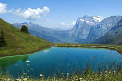 Lago nos alpes suíços Fotografia de Stock