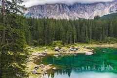 Lago nos cumes Fotografia de Stock
