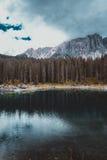 Lago nos cumes Fotografia de Stock Royalty Free