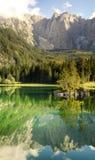 Lago nos cumes italianos, Laghi di Fusine Imagens de Stock