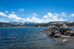 Lago, nubes y nieve imagen de archivo