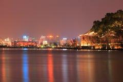 Lago ocidental (xihu) em Hangzhou de China na noite foto de stock