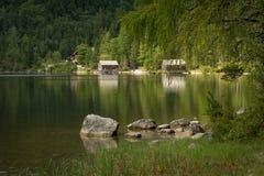Lago Oedensee in Austria di estate, di riflessione delle capanne e di pietra Fotografie Stock