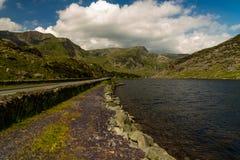 Lago Ogwen y el camino A5 Fotos de archivo libres de regalías