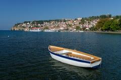 Lago Ohrid Peschereccio con la vista di vecchia città di Ocrida fotografia stock libera da diritti