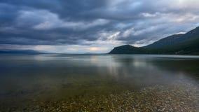 Lago Ohrid Timelapse con el movimiento de las nubes y de las plantas sobre el lago metrajes