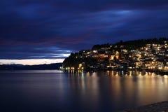 Lago Ohrid y ciudad en la noche imagen de archivo libre de regalías
