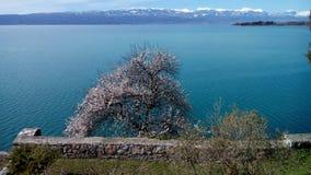 Lago Okhrid, vista da igreja de St John em Kaneo fotografia de stock