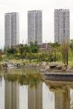 Lago ornamentale con le alte costruzioni di aumento Fotografia Stock